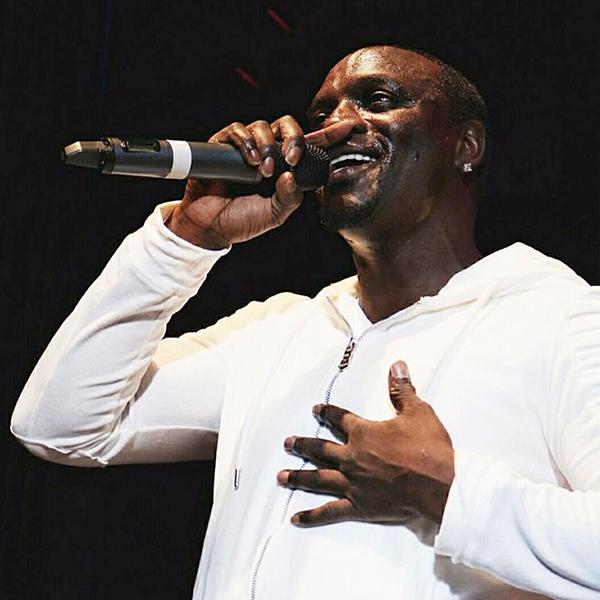 Akon en ensemble velvet Project X Paris